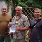 Tadeusz hält den Pokal und Urkunde